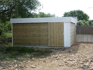 notre maison bois pose de l 39 abris de jardin. Black Bedroom Furniture Sets. Home Design Ideas