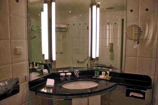 Großzügiges Bad im Executive Zimmer im Hilton Hotel © Copyright Monika Fuchs, TravelWorldOnline