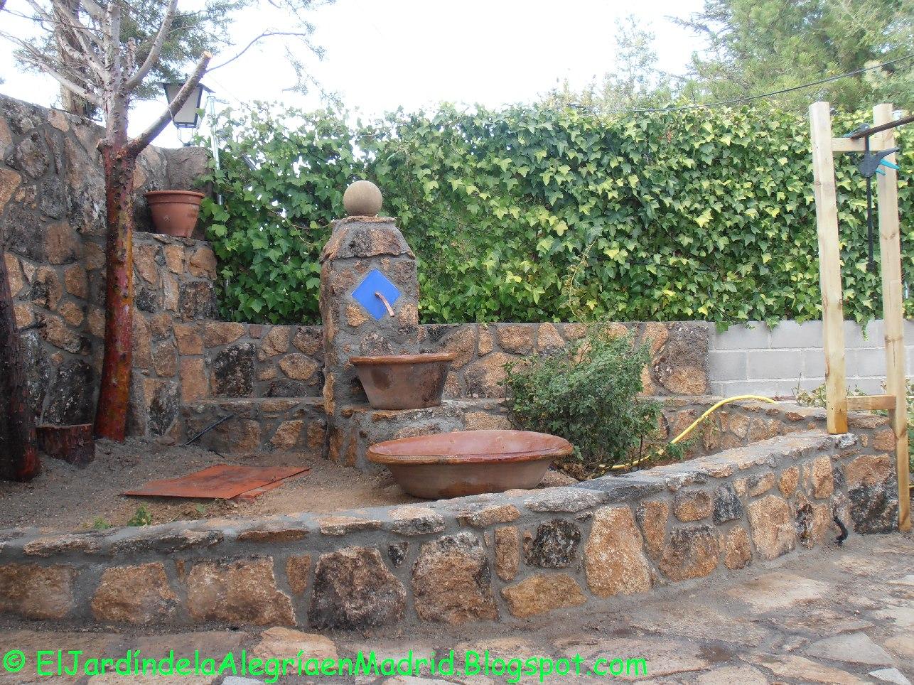 El jard n de la alegr a hemos hecho una fuente de piedra for Arriate jardin