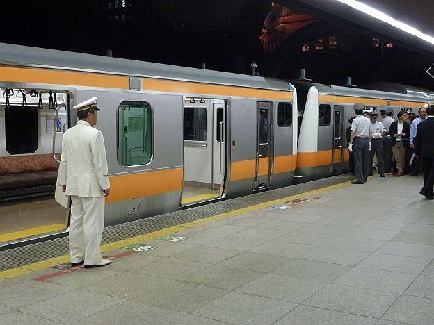 お召し列車を敬礼して待つ東京駅長
