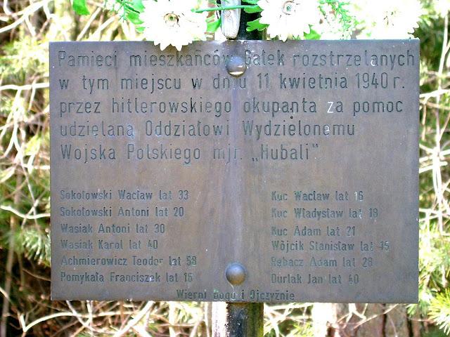 Tabliczka z nazwiskami zamordowanych na mogile w Gałeckim lesie.