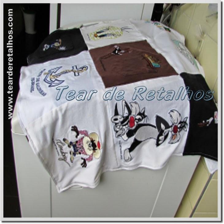 Trabalho em Patchwork com retalhos de camisetas velhas formando uma capa para máquina de lavar roupas.