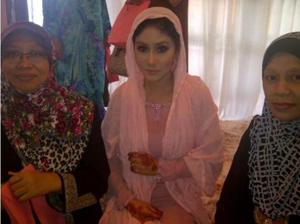 4 - Gambar Pernikahan Ella dan Azhar Ghazali