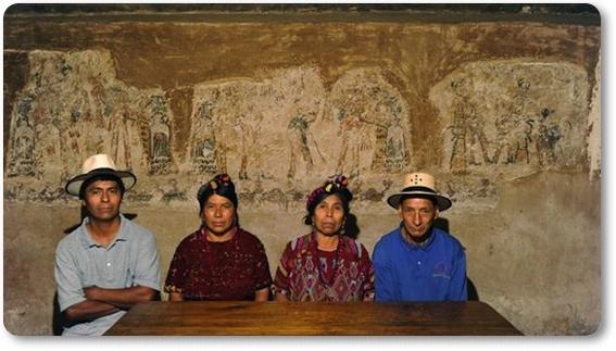 Una familia en guatemala ha descubierto un mural maya en for Mural una familia chicana