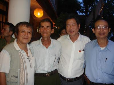 4 đại diện k6 có mặt tại Hội k3 Đà Nẵng không liên quan tới nội dung bài viết này vì đều là khách nên không tham gia trong 'Ban Quan nhu'. Từ trái: Hameo, DS Đoàn Văn Luyện, Cao Bình, Kim Hồ (bản xứ)