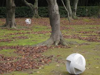 久保極の万成石の抽象彫刻 岡山後楽園 桜の木のあたり