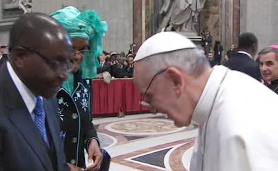 pope francis bows to mugabe