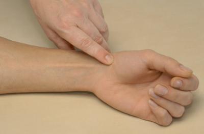 пальпация бугорка кости трапеции, или tuberculum ossis trapezii