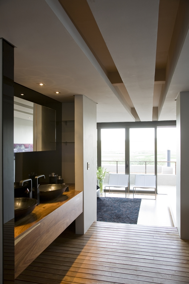 Modern bathroom in the Serengeti House by Nico van der Meulen Architects