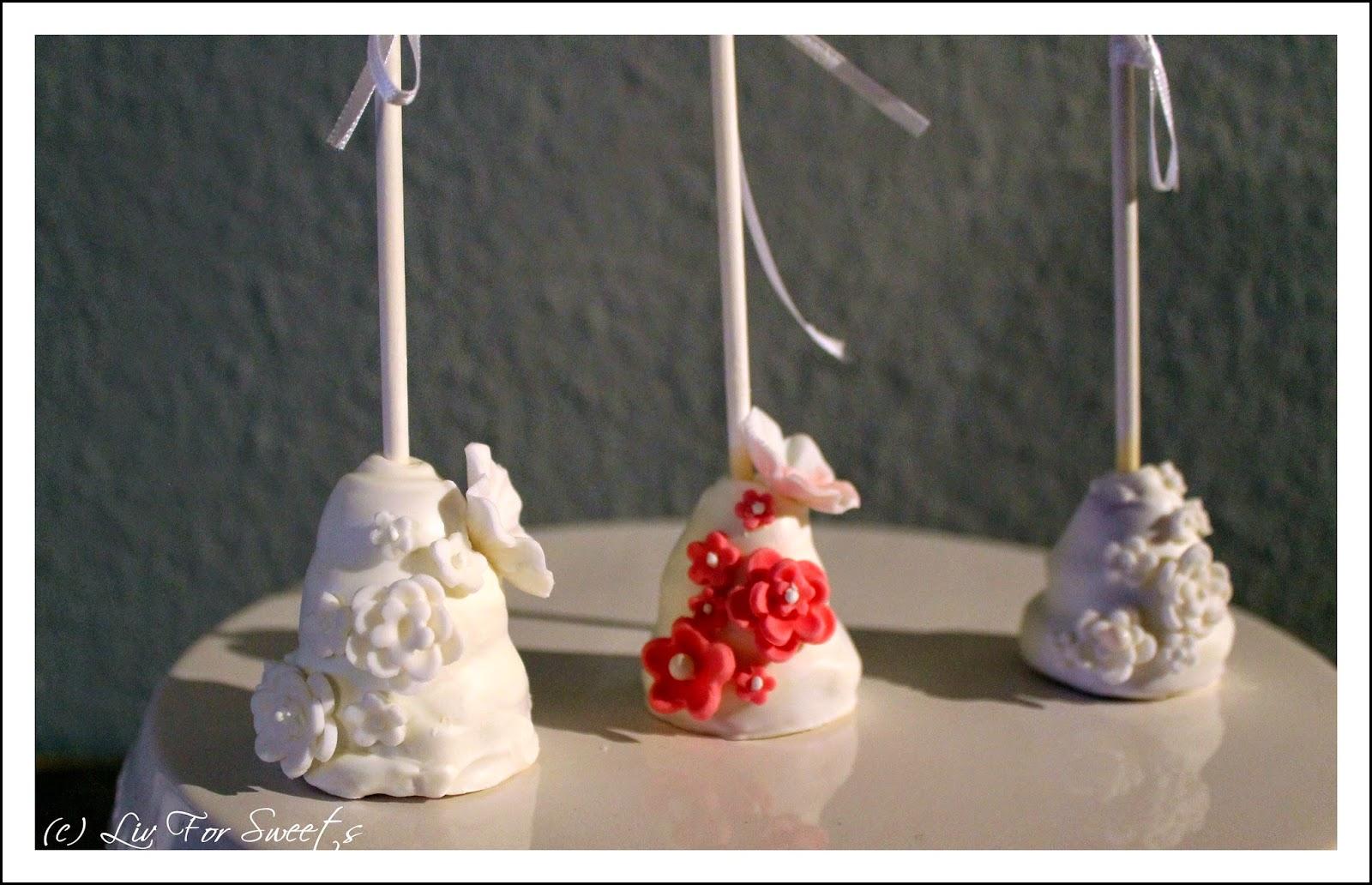 Cake-Pops in Form einer mehrstöckigen Hochzeitstorte mit Candy Melts, Fondantblumen und Zuckerperlen - Rezept auch für den Thermomix