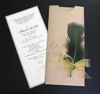 Invitación con plumas para boda