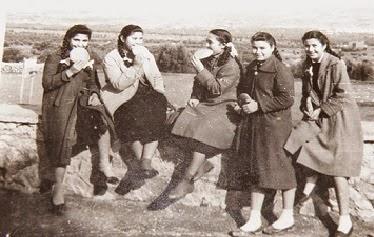 ΜΕ ΑΡΤΟΥΛΑΚΙΑ ΤΩΝ 3 ΙΕΡΑΡΧΩΝ ΣΤΟ ΓΥΜΝΑΣΙΟ ΤΗΣ ΠΟΜΠΙΑΣ ΤΟ 1960