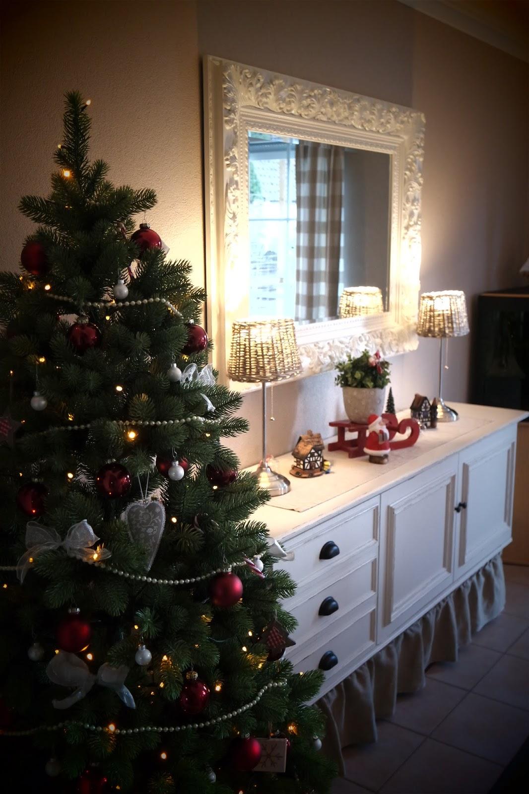 Kleines gelbes haus traditionelle weihnachtsdeko rot wei - Weihnachtsdeko rot ...