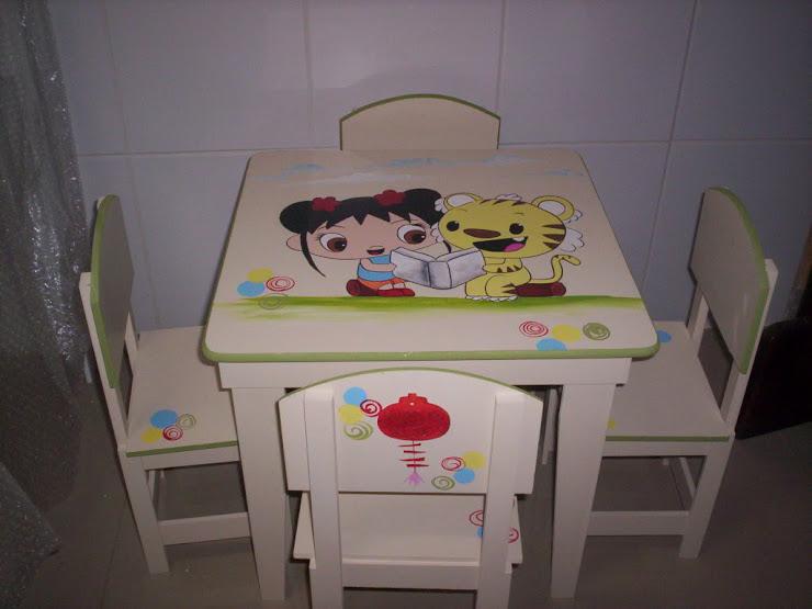 mesinha com 4 cadeiras R$ 250,00