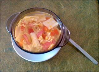 Zupa z paluszków surimi z kukurydzą