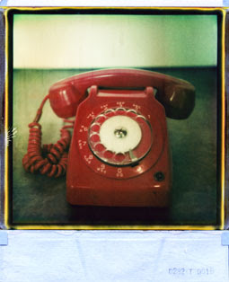 Fotografia polaroid di telefono rosso