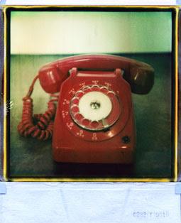 Fotografia polaroid di telefono rosso