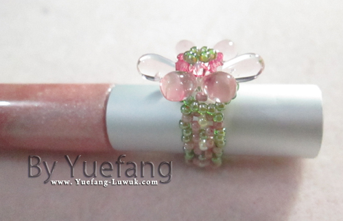 beaded_flower_ring_with_dagger_transparant_pink_bead_sliding_on_lipstick
