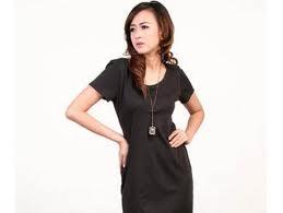 bergaya dengan kaos hitam
