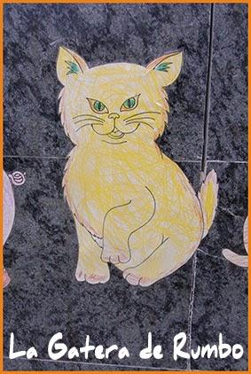 Gato coloreado en la puerta de una guardería