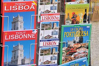 Expositor con libros de información turistica en Lisboa