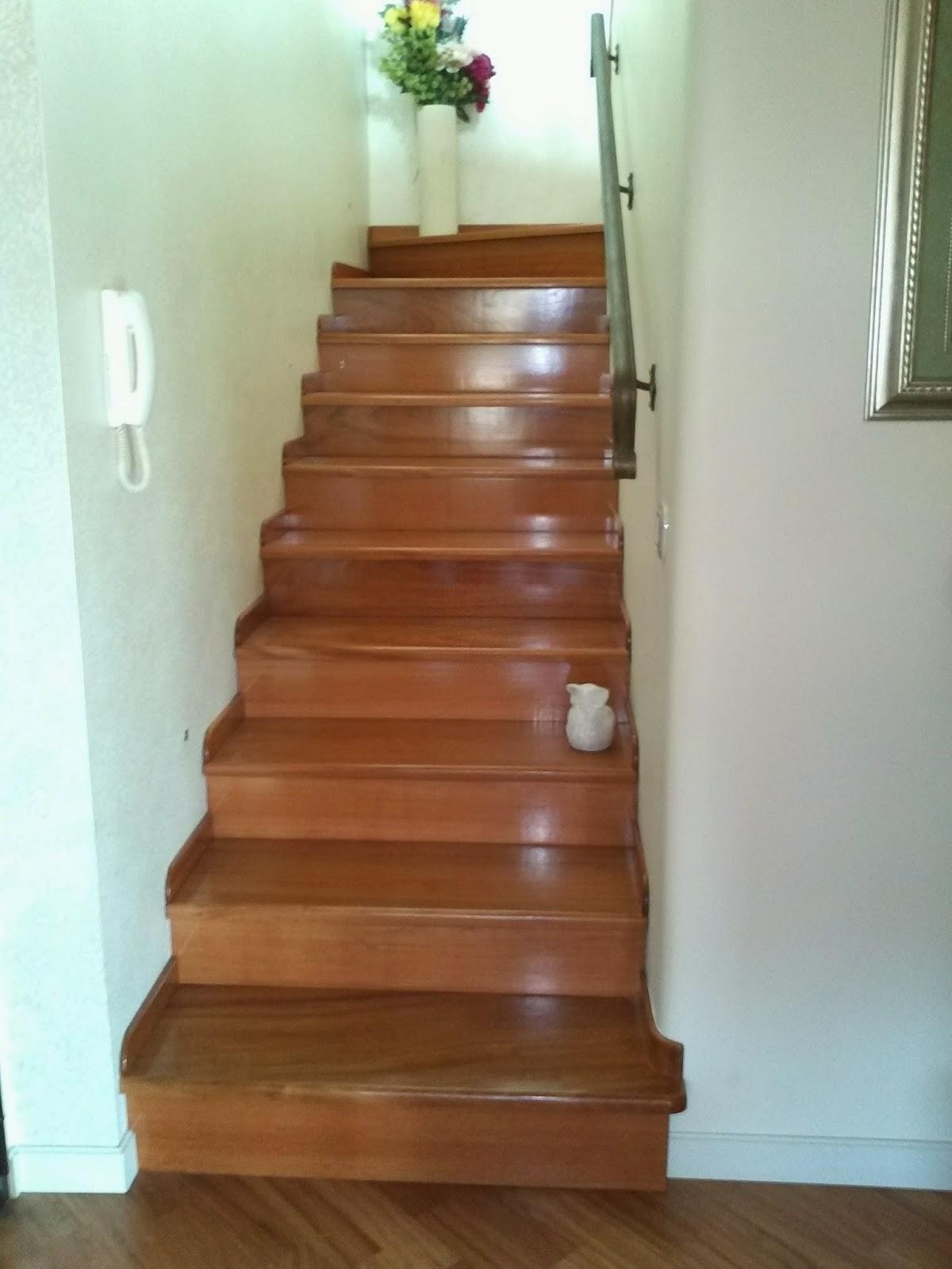 Arte del legno: modello in legno di scale passa mano e porta lettere