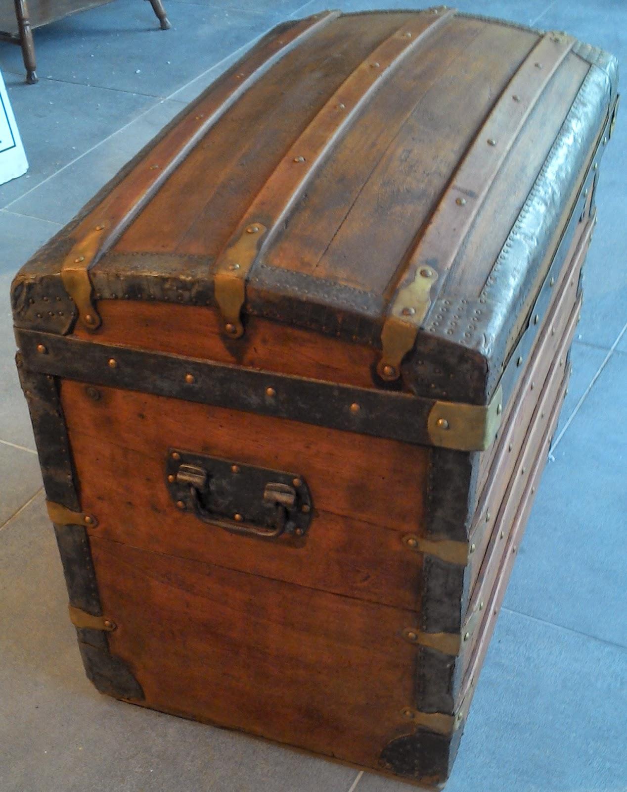 Ancienne malle bois coffre bomb e for Deco coffre en bois