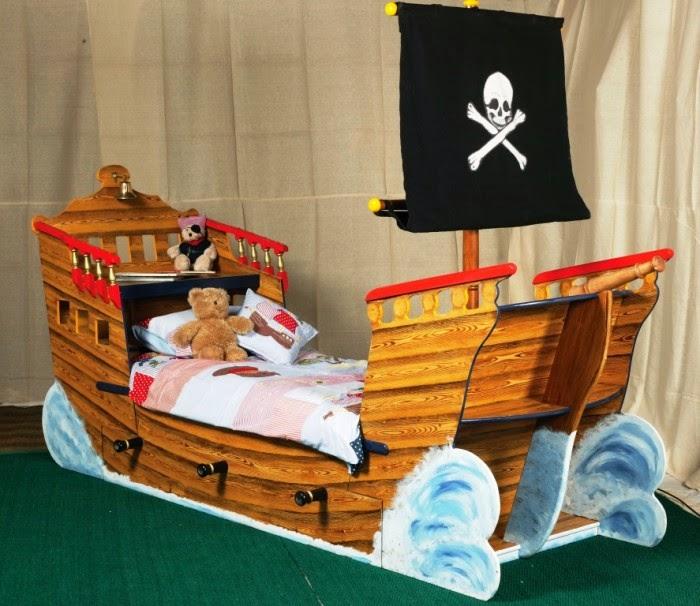 Desain kamar tidur anak motif kapal laut dengan hiasan kayu natural