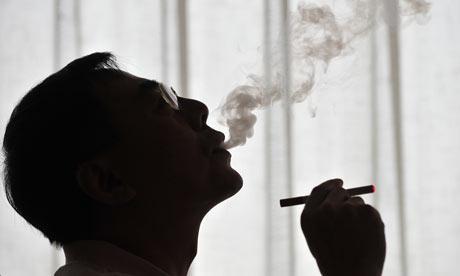 كيف تجعلين زوجك يقلع عن التدخين  - رجل يدخن سيجارة - Man-smoking-a-cigarette