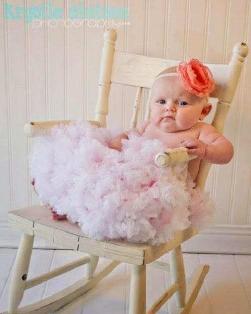 Photo bébé fille belle  qui porte une belle robe