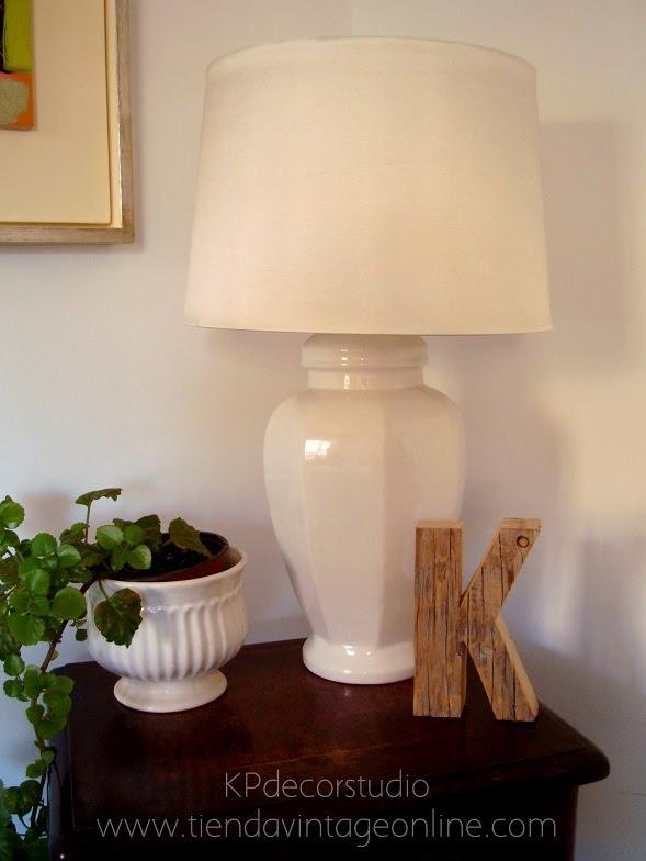 Iluminación para el salón. Lámparas de mesa en cerámica esmaltada color blanco.