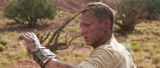 Jake Lonergan (Daniel Craig) se posant des questions sur le bracelet dans Cowboys & envahisseurs