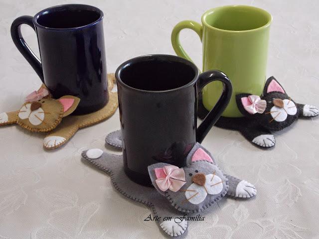 tapetes para canecas e xícaras (mug rug) em formato de gatinhos. Confeccionado em feltro.