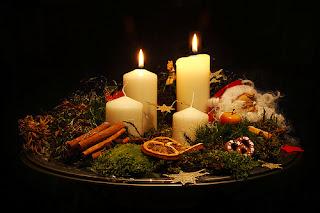 Adventskranz mit 2 hell erleuchteten Kerzen