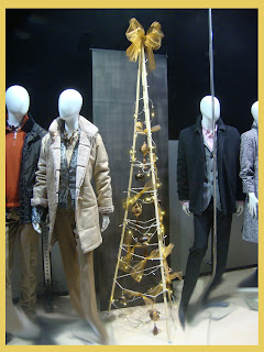 Maniquíes en el escaparate de Navidad de la tienda de moda Indalecio Moda 1