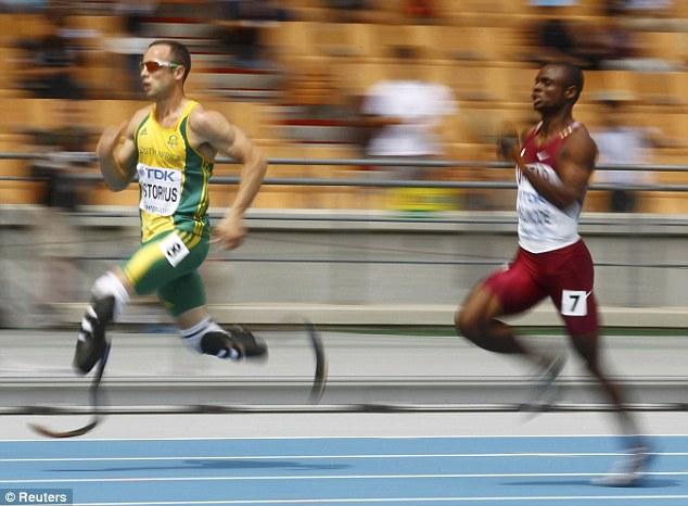 Atlet dua belah kaki palsu lumba lari dengan atlet normal