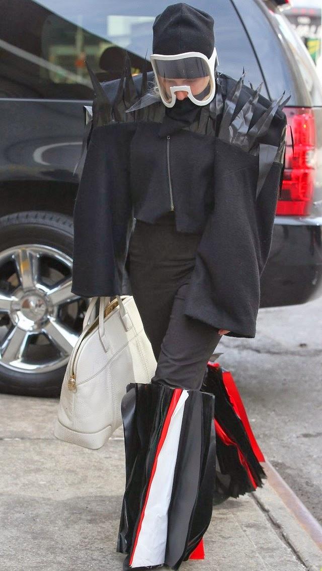 Lady Gaga trajes raros y nuevo vídeo G.U.Y.