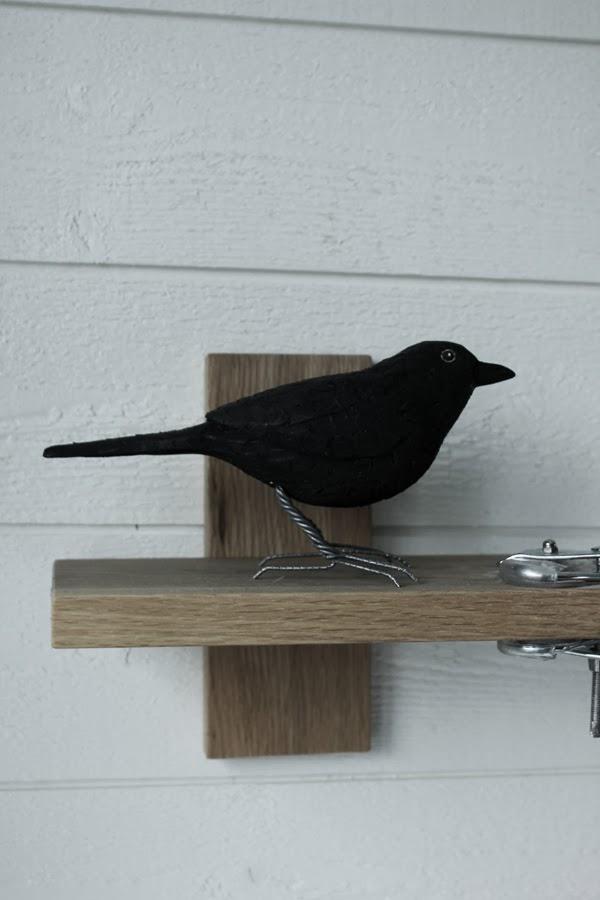 koltrast fågel som inredningsdetalj, handsnidad fågel, svart fågel, liten hylla,