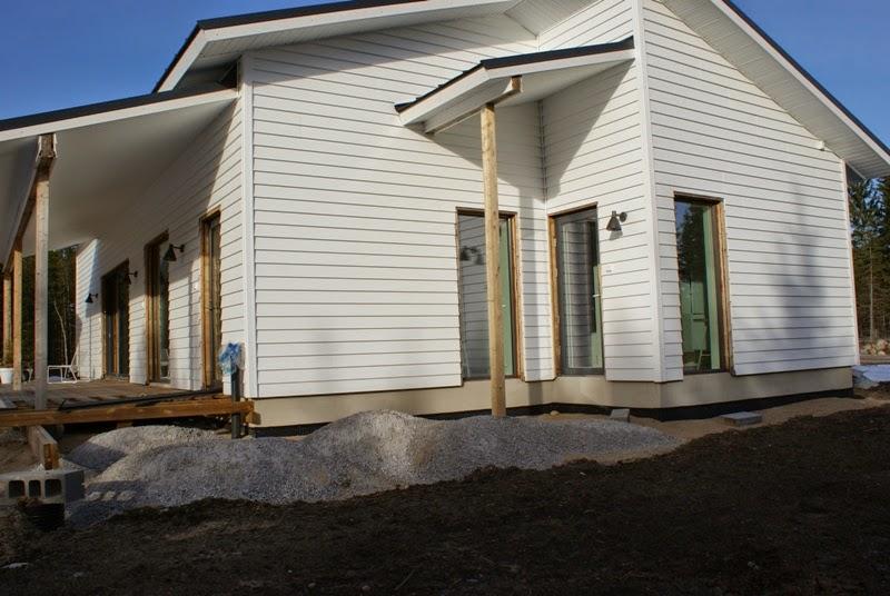 lehtikuusi terassi, vinyyliverhous, valkoinen ulkovuori, moderni talo