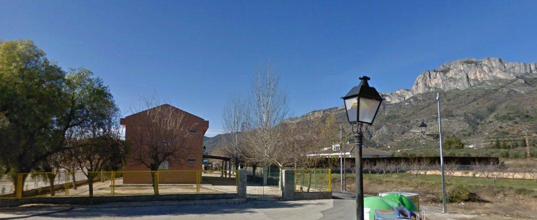 Recinte del desaparegut ferrocarril de Beniarrés, on hui dia es troba l'escola Perputxent