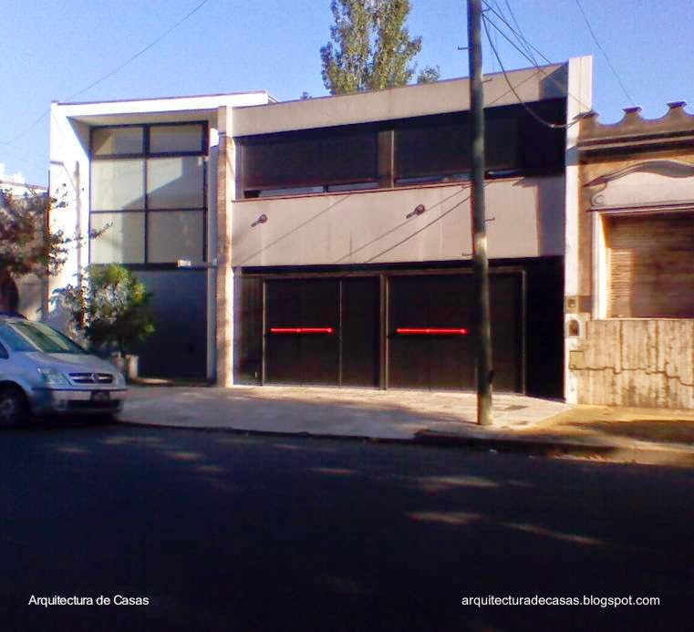 Casa residencial de barrio urbano entre medianeras en Villa del Parque