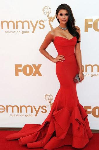 Нина Добрев с червена рокля на Дона Каран - наградите Еми 2011