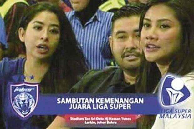 Gambar Tunku Ismail bersama Cik Khaleeda (kanan) diambil dari Facebook