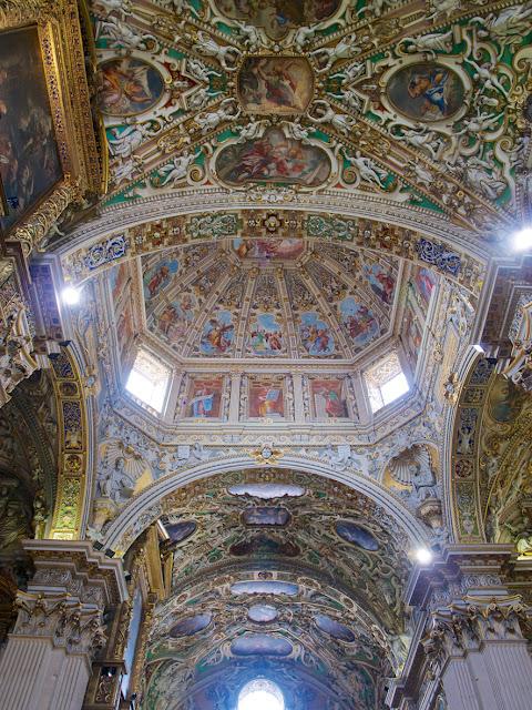 Interior de Santa Maria Maggiore de Bergamo en Italia