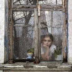 Quizá para la lluvia seamos monotonía de personas tras los cristales.