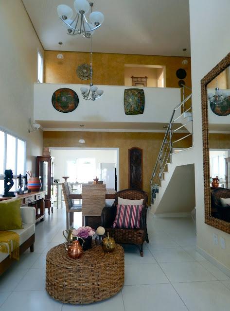 Quem sai da sala de TV ou do hall social, se depara com as salas de estar e jantar com pé direito duplo e perfil de escada aparente.