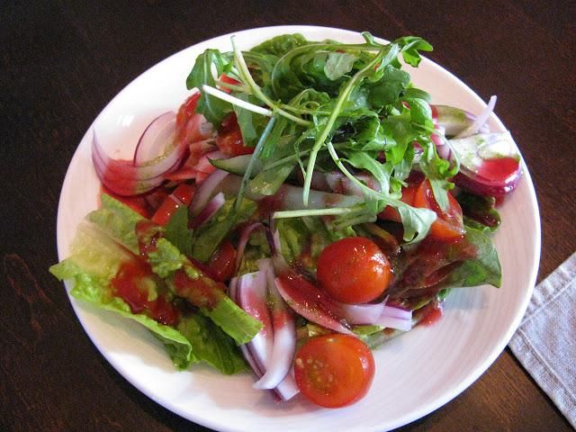 Rouheen alkupalaksi tarjoiltu salaatti on runsas ja valtavan herkullinen.