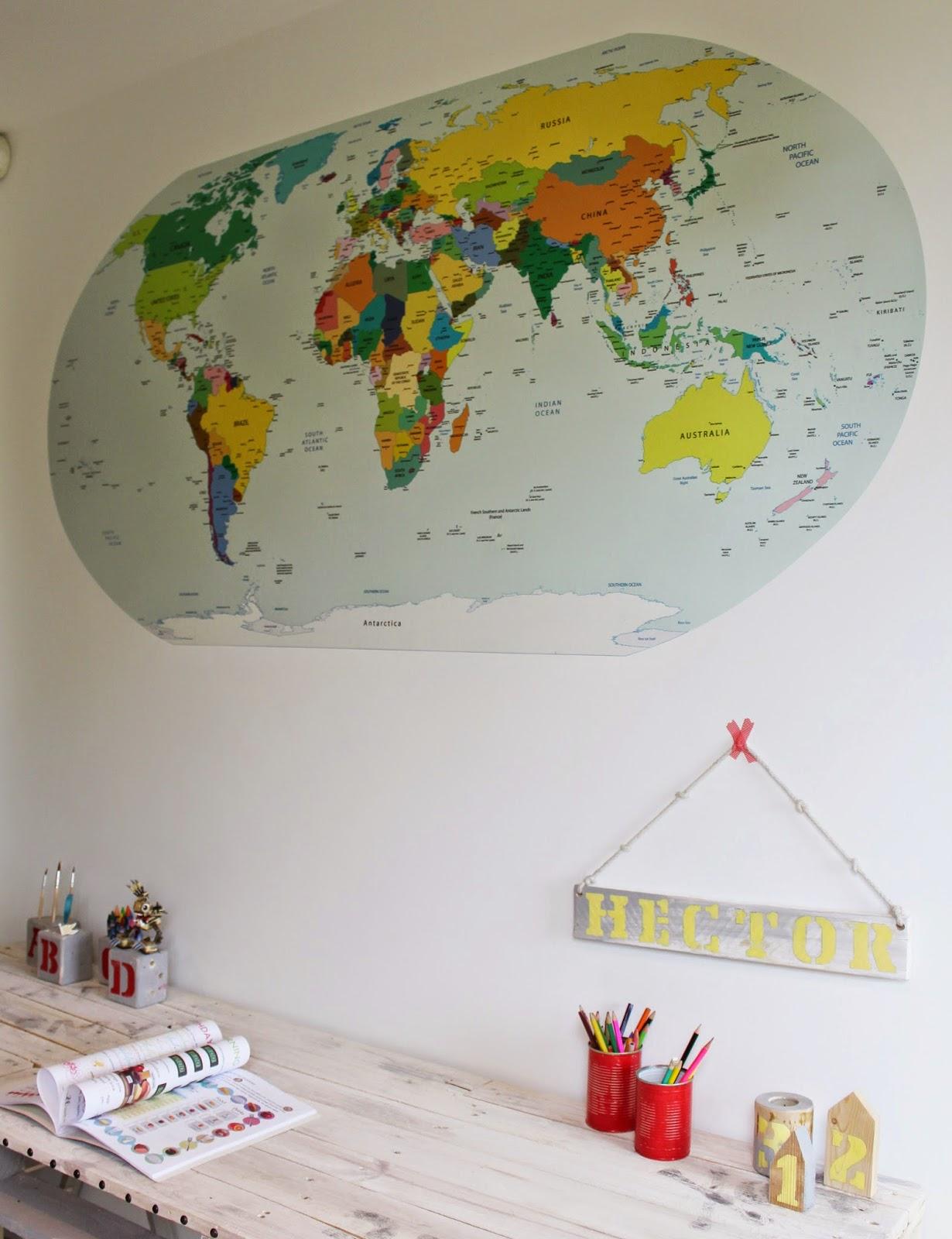 naklejka ścienne mapa świata,jak wyglądają naklejki ścienne,matowa naklejka mapa,blog wnętrza DIY,tutoriale na blogu,biurko z palet