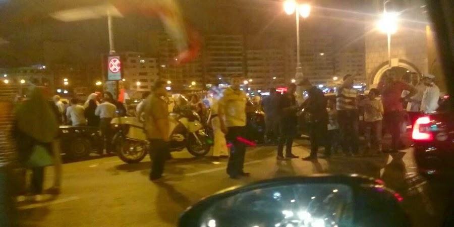 مؤيدي السيسي يغلقون جزء من كوبري إستانلي مع تواجد الأمن