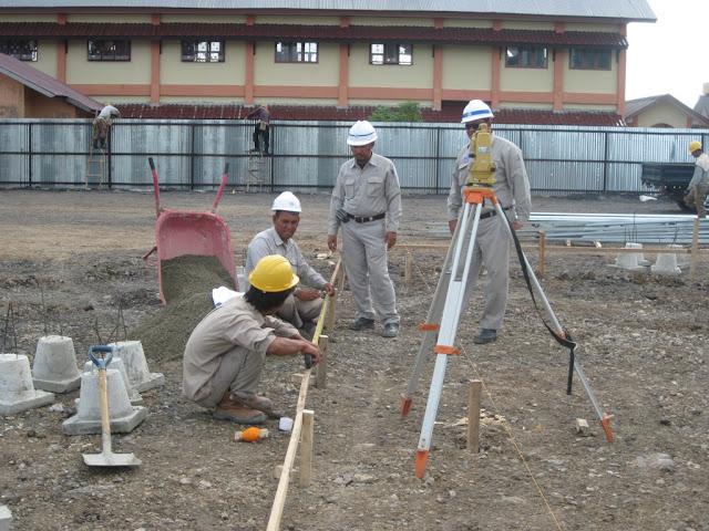 proses marking/patok titik-titik pondasi umpak beton precast